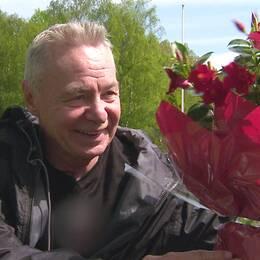 Suzanne Axell överraskar Jerry Williams med blommor till 70-årsdagen 2012.
