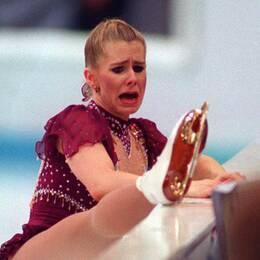 De amerikanska konståkarna Tonya Harding och Nancy Kerrigan spelade huvudrollerna i tidernas största OS-drama, som utspelades i Lillehammer 1994. Skandalerna avlöste varandra. Till exempel såg Hardings ex-man till att slå sönder Kerrigans knä med ett järnrör före OS. Trots knäskadan tog hon OS-silver. Harding fick problem med skosnöret under sitt program (bilden), men tilläts börja om. Rivaliteten mellan Harding och Kerrigan har gett upphov till flera filmer och dokumentärer.