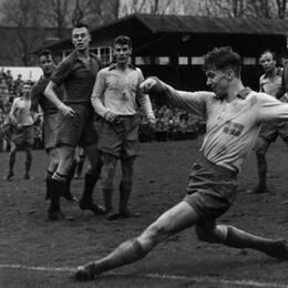 Agne Simonsson under en match i Malmö i november 1957.