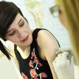 En flicka vaccineras med vaccin mot HPV-virus.
