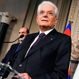 Italiens president Sergio Mattarella vid talarstolen under en presskonferens.
