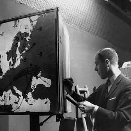 Meteorolog Gösta Salomonsson förebereder väderkartan inför en Aktuellt-sändning 1963.