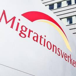 Fotomontage av Securitas framför asylboendet i Hågesta och pressbild över Migrationsverkets logotyp.