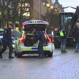 Exteriör byggnad, Eksjö tingsrätt i montage med en polisbild med flera poliser.