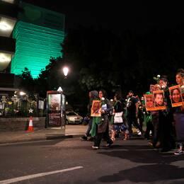 Ett år efter den dödliga branden – Grenfell tower lyste grönt samtidigt som anhöriga och överlevande samlades på att minnas och sörja på Londons gator.