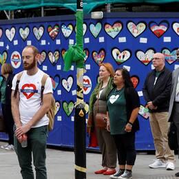 Människor i London står tysta och hedrar alla människor som omkom under branden i Grenfell tower den 14 juni 2017.