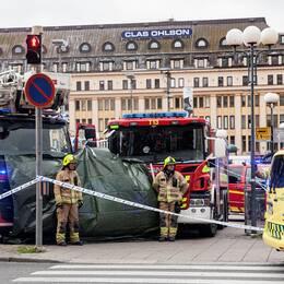 Brandpersonal och räddningsfordon vid Salutorget efter knivattacken i augusti, 2017.