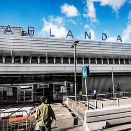 Arlanda flygplats och en gränspolis.