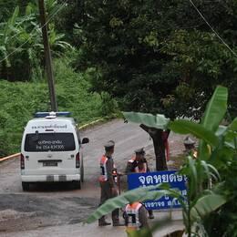 En ambulans lämnar platsen vid grottan i norra Thailand.