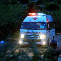En ambulans med sirenerna på lämnar räddningsplatsen.