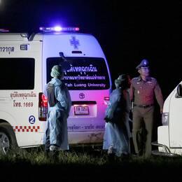 Ambulanser väntar på att transportera de räddade pojkarna till sjukhus.