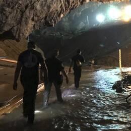 Bild från grottan i norra Thailand där pojklaget varit fast i över två veckor.