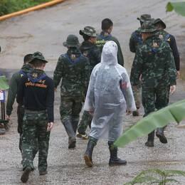 Personer ur räddningsteamet i närheten av grottan i norra Thailand där hälften av pojkarna fortfarande är fast.