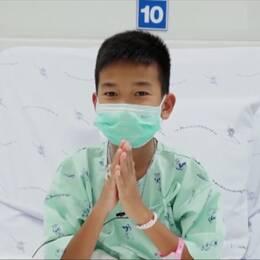 thailändsk pojke i sjukhussäng