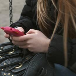 Uppdrag granskning har pratat med knappt 30 tjejer som varit i kontakt med män som försöker få dem att skicka nakenbilder.