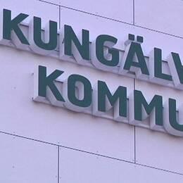 Dubbelbild: texten Kungälvs kommun på husfasad och porträtt på kvinna