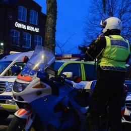 En skylt för Svea hovrätt, en MC-polis utanför Östra skolan