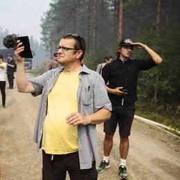 Media på plats i området runt Färila i samband med en av skogsbränderna i somras.
