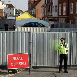 En polis framför avspärrningar i Salisbury