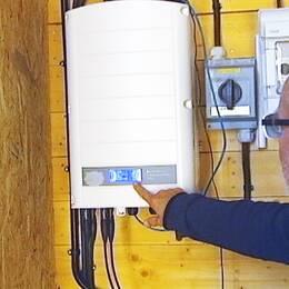 Sune Nyqvists solcellspaneler ger energi till tre hus på hans tomt