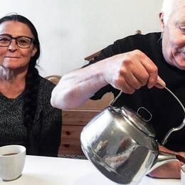 Inga-Lisa och Nils-Erik Pokka i köket i den gamla lägenheten.
