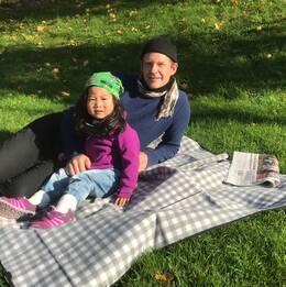 Halmstadborna Alex Nelson och dottern Maj passade på att ta en picknick i parken.