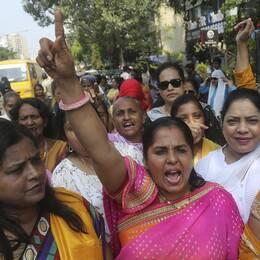 Kvinnor i indien i färgglada saris skriker ut sitt stöd för Bollywood-skådespelaren Tanushree Dutta.