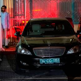 Turkisk polis som undersöker den saudiska konsulns hem och bilar. Genom att följa bilarnas färdväg tror sig polisen ha hittat nya spår som kan leda till journalisten Jamal Khashoggis kropp.