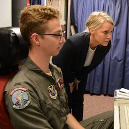 SVT:s reporter Carina Bergfeldt tillsammans med missiliern Dan Hanel nere i kontrollrummet