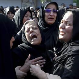 """Kvinnor som sörjer efter ett terrordåd i Iran i september i år."""" Arab Struggle Movement for the Liberation of Ahwaz"""" påstås ligga bakom dådet, konstaterar mellanösternexperten Rouzbeh Parsi (t.h)."""