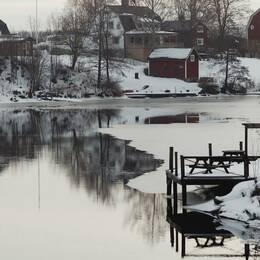 """I, och i närheten av, lilla Sunnansjö i Dalarna har delar av riksledningen för Svenska motståndsrörelsen bosatt sig. De kallar det för """"motståndets högborg"""". (Husen på bilden är inte associerade med SMR)."""