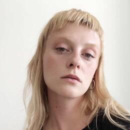 bild på Alice Jardefors tittandes in i kameran