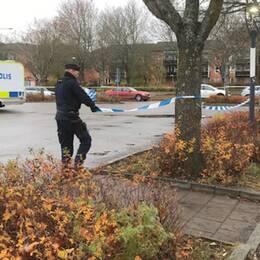 polis tar bort blåvita snören