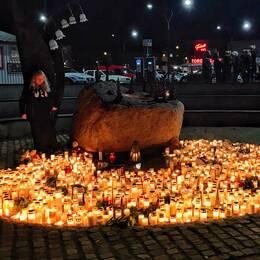 Hundratals samlades på torget i Falkenberg för att hedra den 12-årige pojken som befaras ha dött. Kvar efter minnesstunden blev ett ljushav.