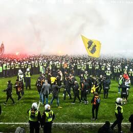 Polisen fick bilda en ring för att separera fans och spelare.
