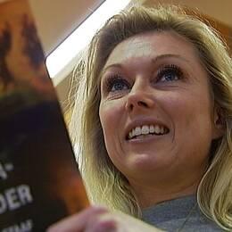 Linda H Staaf med sin debutroman om ett fiktivt våldsdåd i Åre och Jämtland.