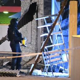 Polisens bombtekniker på plats vid gatuköket sent under natten mot onsdagen.