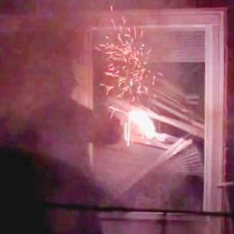 I Torshälla utanför Eskilstuna gjorde Revolutionära Fronten flera attacker mot en 26-årig man som har varit aktiv i högerextrema kretsar. Bland annat yxhugg i dörren och en rökbomb. Enligt räddningstjänsten fanns det risk för eldsvåda i lägenhetshuset.