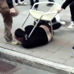 De två slovakiska gästarbetarna slogs och sparkades av flera vänsteraktivister.