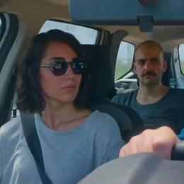Tolga Karaçeliks nya film När fjärilarna kommer är en absurd komedi om att minnas sin uppväxt.