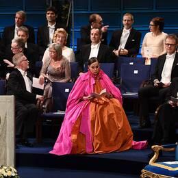 Sara Danius på scenen under Nobelgalan tillsammans med medlemmar i Nobelstiftelsen.