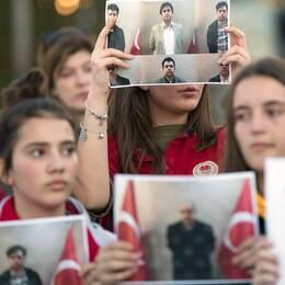 Elever vid en Gülenskola i Kosovo protesterar mot att deras lärare deporterats till Turkiet i mars i år. Arkivbild.