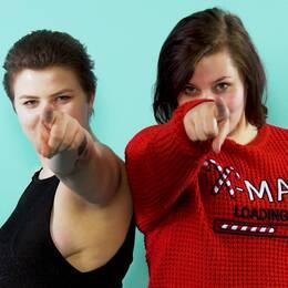 Emma och Amanda sålde tidigare sex och nu bearbetar de sina erfarenheter genom att skämta om dem.