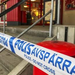 Avspärrningsband utanför matbutiken i Bollnäs.
