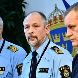 Jarl Holmström, biträdande regionschef, Erik Jansåker, chef för lokalpolisområde Malmö söder, och Anders Wiberg, kanslichef i polisområde Malmö, under Malmöpolisens pressträff.