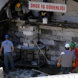 Gruvarbtare stängen ingången till kolgruvan i Soma i Turkiet på söndagen. Totalt 18 personer, däribland ledningen för gruvan har häktats och hålls frihetsberövade medan utredningen om gruvolyckan där 301 människor miste livet pågår.