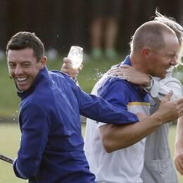Rory McIlroy och Alexander Norén firar efter segern i Ryder Cup 2018.