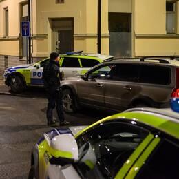 Det var ett stort polisuppbåd på platsen där mannen hittades under måndagskvällen.
