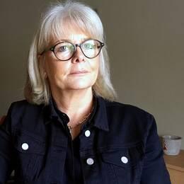 en medelålders kvinna i ett mötesrum