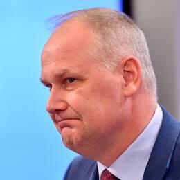 """""""V varken får eller kan vara med och förhandla om budget och de 73 punkter som ingår i uppgörelsen mellan S, C, MP och L"""", skriver SVT Nyheters politikreporter Johan Zachrisson Winberg."""